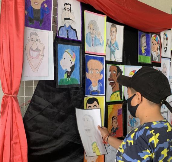 Exposição de caricaturas desafia a criatividade de estudantes